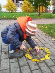 Игры на улице с ребенком осенью
